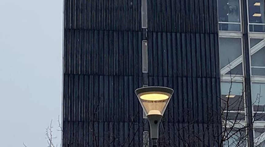 SKY Parklykta nedanför ett av Europas högsta hus
