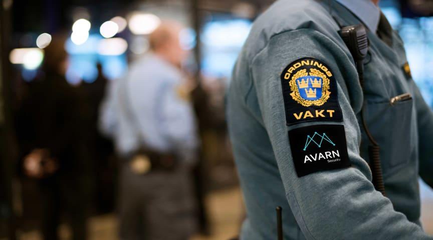 Ordningsvakt med Avarn-loggan.