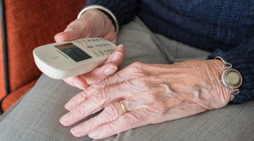Äldre och anhöriga kan nu ringa till omsorgsförvaltningens trygghetstelefon för att få stöd Foto:Pixaby