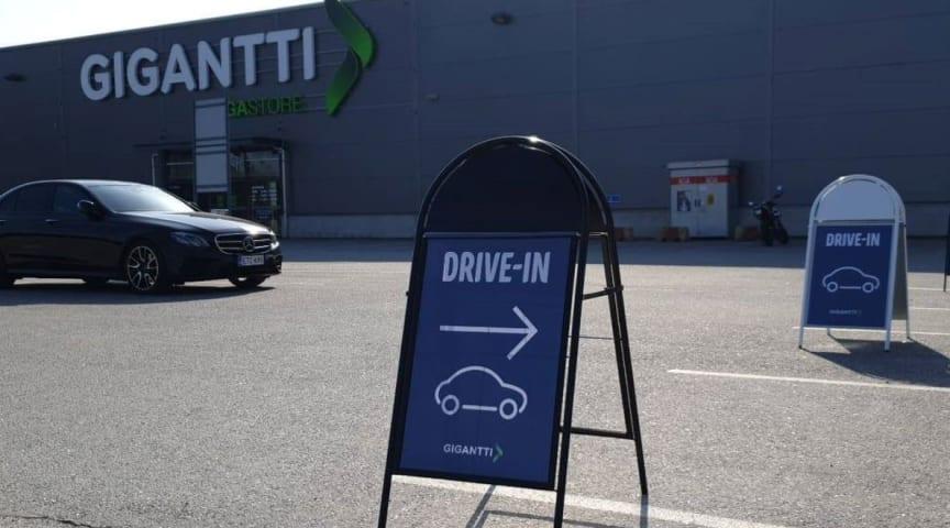 Gigantti lanseeraa drive-in-palvelun, jonka avulla netistä tilatut tuotteet voi noutaa myymälän parkkipaikalta nousematta autosta.
