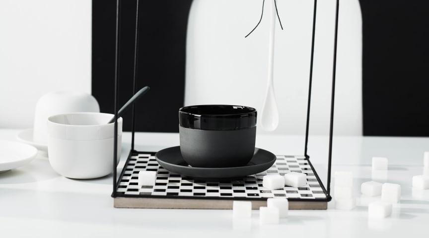 """Mit Schirm, Charme und Melone: Die neue Rosenthal Kollektion """"Cappello"""" tarnt sich zwar als Hut, bietet sich auf den zweiten Blick aber als Tasse mit Untertasse für den ausgefallenen Kaffeegenuss an."""