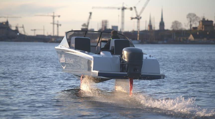 Elbåten Candela Seven svävar fram över vattnet.