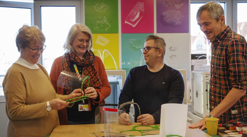 Pia Nilsson och Åsa Ollerstam Lundh tar emot den första leveransen av ansiktsvisir från Paul Stewart och Björn Fröding.