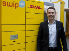 Ted Söderholm, vd DHL Express, framför en DHL Swipbox-automat