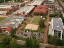Regenerative Energietechnik: Photovoltaik-Anlagen auf den Häusern 100 (r.) und 15