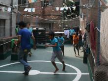 Drenge spiller fodbold på taget af Open Shelter