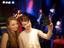 DSC RX100M3 Lifestyle wWomen ExpOct2015 Selfie 2-1200