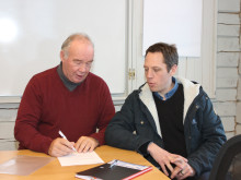 Kent Rosenqvist, Bergs Hyreshus AB och Ulf Bernhardsson, Trångsvikens bygg AB, skriver kontrakt