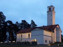 Alvar Aallon suunnittelema Muuramen kirkko sai modernin valaistuksen – Kirkon siluetti loistaa kauniisti Muurameen asti