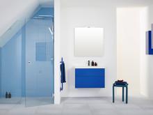 Nischat badrum i vårens färg med skräddarsydda duschväggar