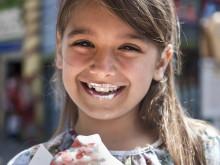 Flicka med glass Bakken