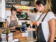 Europejczycy otwierają się na nowe sposoby płacenia dzięki czemu rośnie popularność płatności mobilnych