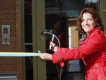 Försvarsminister Karin Enström inviger det nyckelösa boendet