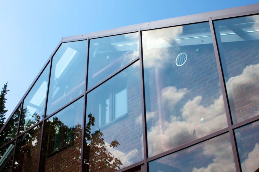 Detalj på det inglasade huset som drar nytta av växthuseffekten