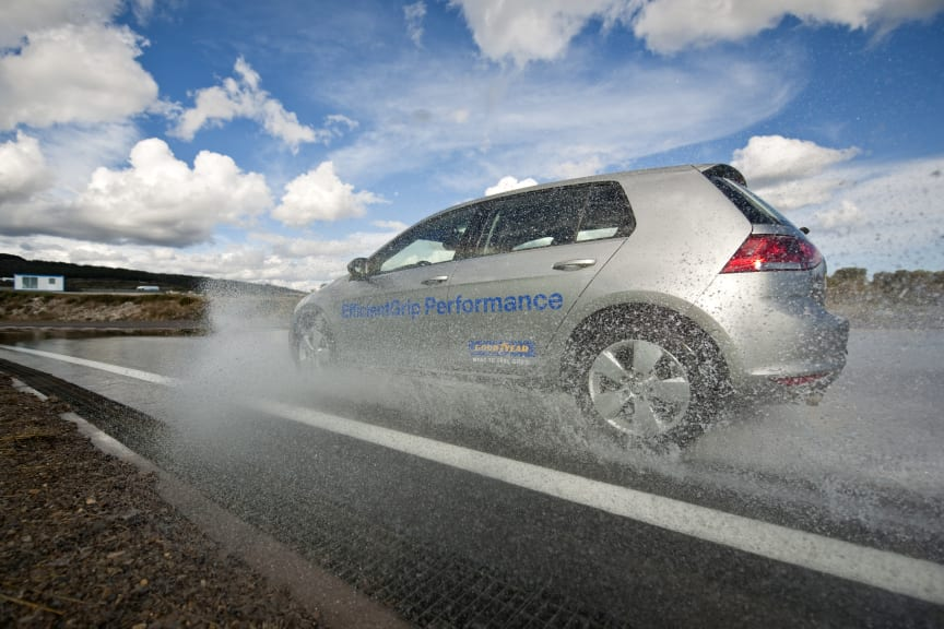 GY EfficientGrip Performance_curved aquaplaning