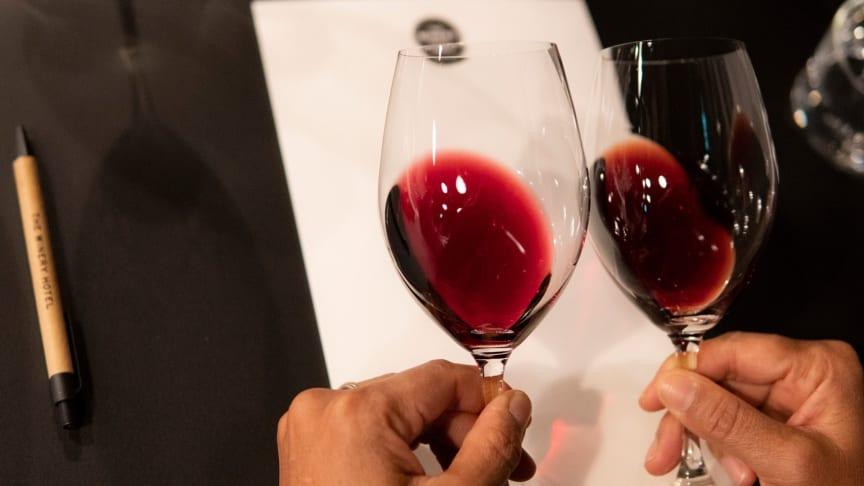 twh-vinprovning-jamfor-titta-mot-vitt-papper-1600x900-1
