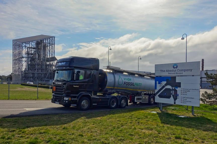 Lastbil lämnar fabriken i Nöbblelöv