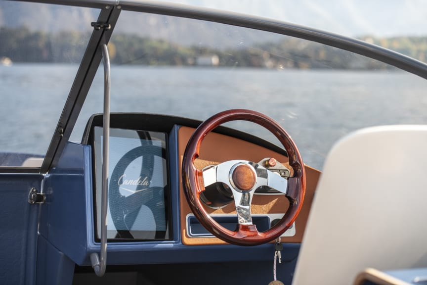 The helm features a 12-inch touchscreen that is updated over the cloud, thanks to a 4G connection.