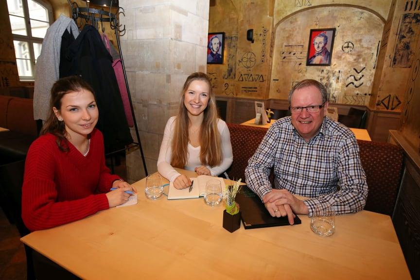Josefin Möbius, Sophie Weinhold und Torsten Grahl (Barthels Hof) im Gespräch