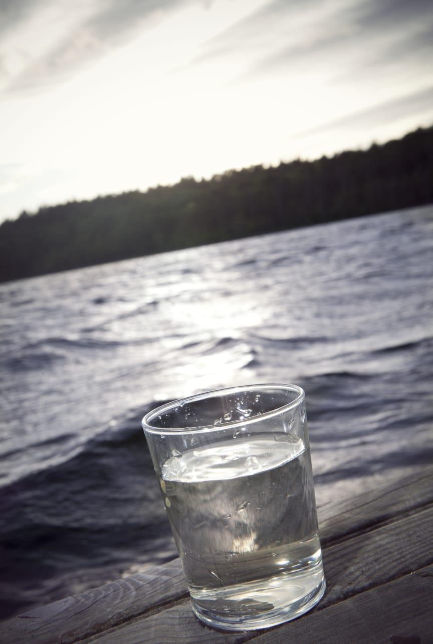 Vattenglas vid vatten