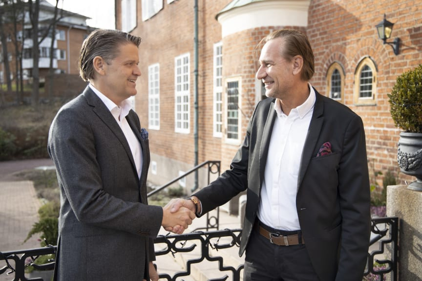 Martin Troede och Kjell Olsson skakar hand