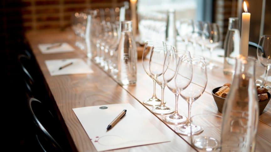 twh-event-vinprovning-tomma-glas-med-ljus-1600x900-1