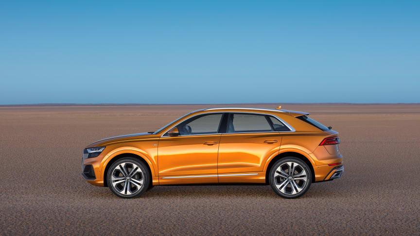 Audi Q8 (dragon orange) fra siden