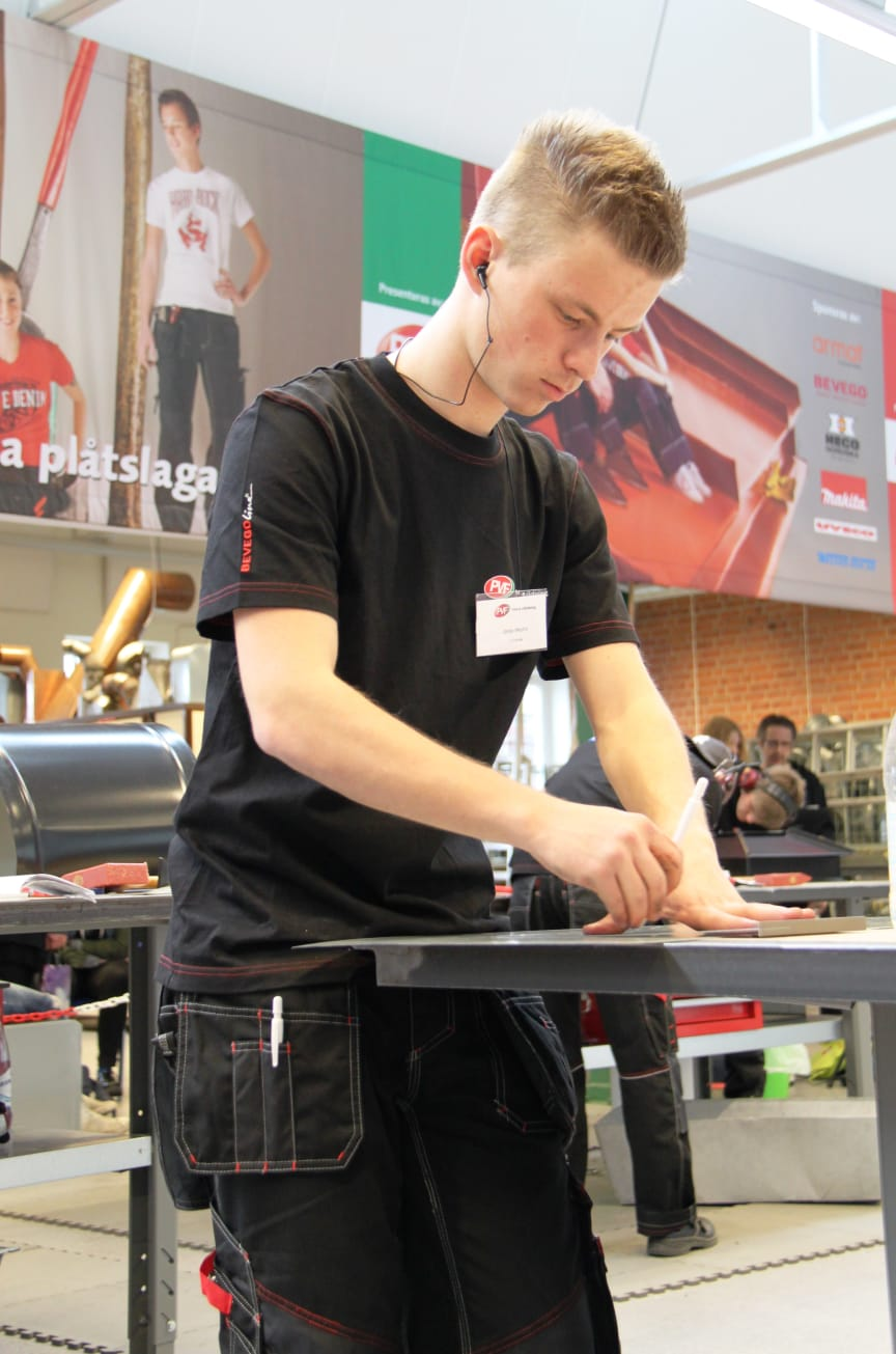 "Jonas Westin under arbete i finalen, ""SM för unga plåtslagare 2013""."