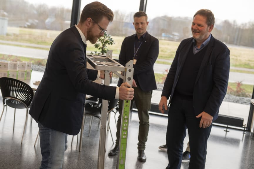 Transportminister, Benny Engelbrecht får demonstreret transportsystemet SpaceInvader hos Blue Water Shipping. De to partnere har indgået et klimapartnerskab.  Toulov.. 6. marts, 2020.