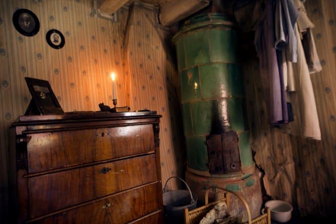 Inredning kakelugn jul : Blockmakarens hus. Detalj från Emilias lägenhet med kakelugn och ...