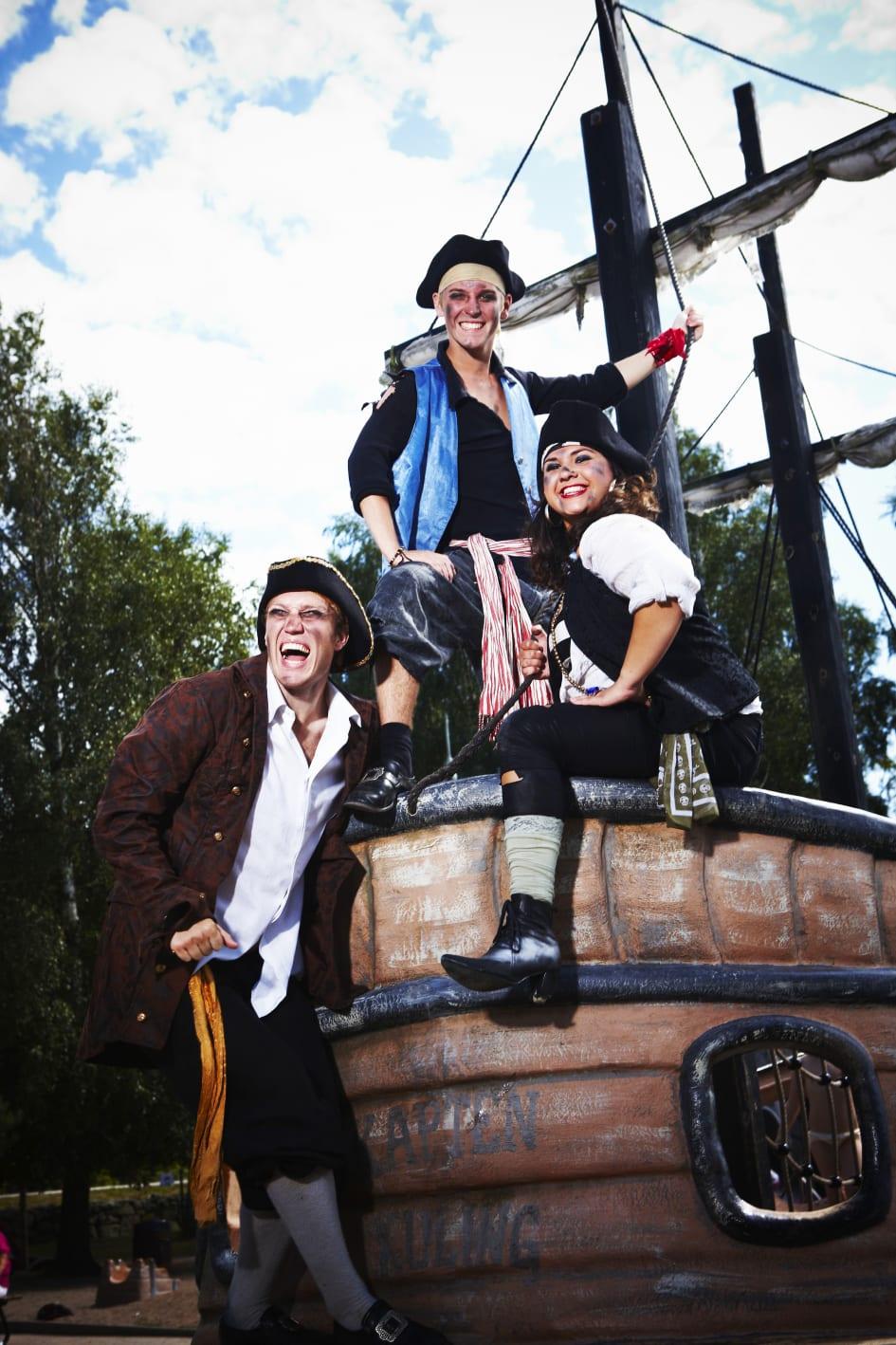 Nu intar piraterna kommunerna