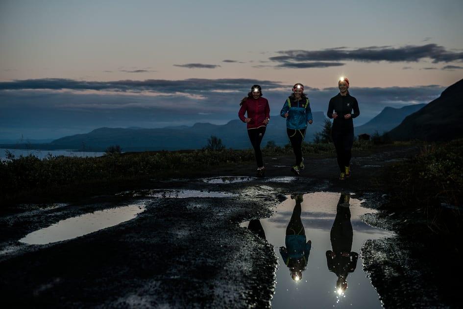 Kvinnor drar sig för att springa utomhus SILVA