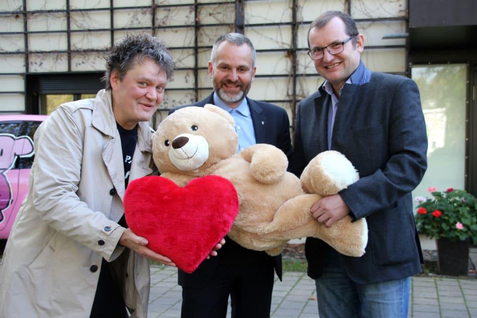Farben Schultze Gmbh Ubergibt 10 000 Euro An Das Kinderhospiz