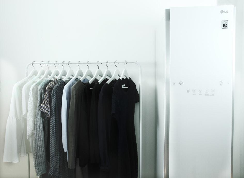 fc5454ad5556 LG:s senaste innovation inom klädvård, LG Styler, är den ultimata produkten  för dig som älskar din garderob. Det smarta ångskåpet fräschar snabbt och  enkelt ...