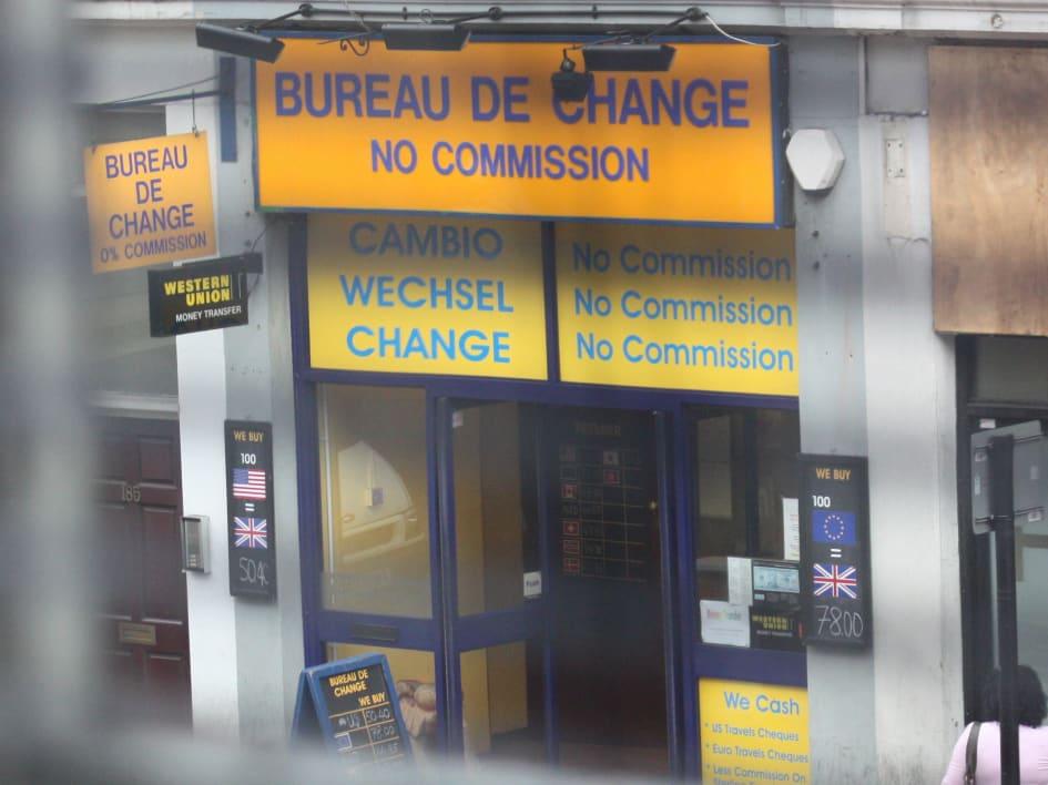 Bureau de change kombiniert möbel mit digitalen projektionen für