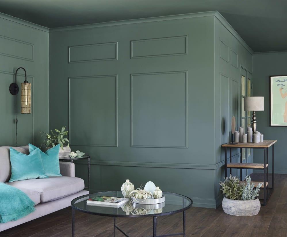 78cebdc6 Med vakre lister på veggene innbyr fargen Stillhet FR1466 til en elegant og raffinert  stil. Foto: Sveinung Bråthen