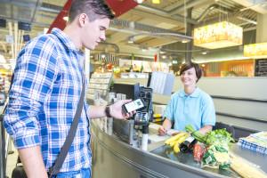 Mobiles Bezahlen mit Visa - an der Supermarktkasse