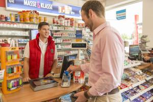 Kontaktloses Bezahlen mit V PAY in der Tankstelle