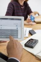 Bezahlen mit Visa bei Beratungsgespräch über mPOS - Tablet