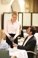 Geschäftskunde bezahlt im Restaurant mit Visa Corporate Card