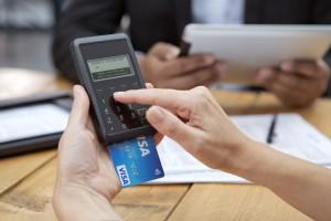 Bezahlen mit Visa bei Beratungsgespräch über mPOS