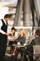 Geschäftskunde bezahlt im Restaurant mit Corporate Card