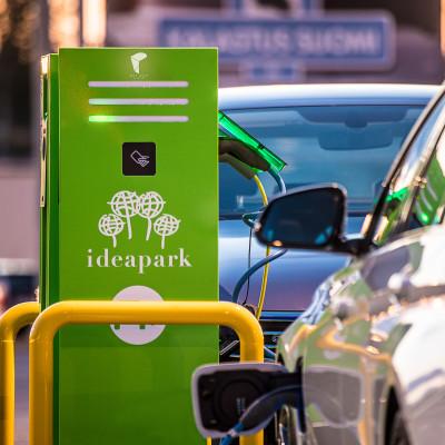 Schneider Electricin EVlink Parking -latauspiste sähköautoille Lempäälän Ideaparkissa