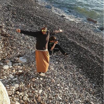 Chiamaka på stranden på Gotland