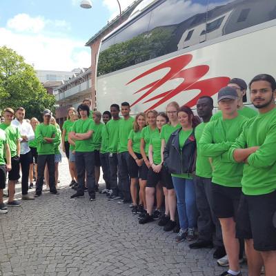 Sommarjobbarna redo vid bussen