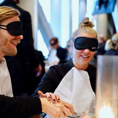 """Lunchen ingen kunde se: Världens största """"blindlunch"""" inför Internationella Funktionshinderdagen  - Siktar på Guinnessrekord"""