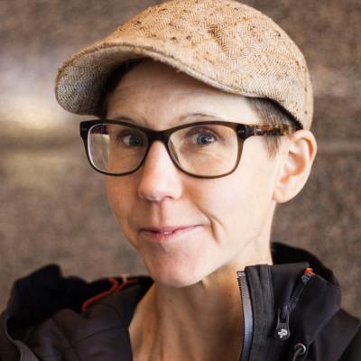 Stina Oscarson bjuder på gratis föreställning om demokrati i Almedalen