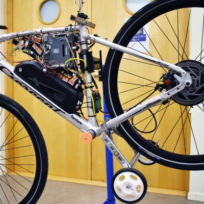 MDH-studenter utvecklar självkörande cykel och autonom sophämtningsrobot