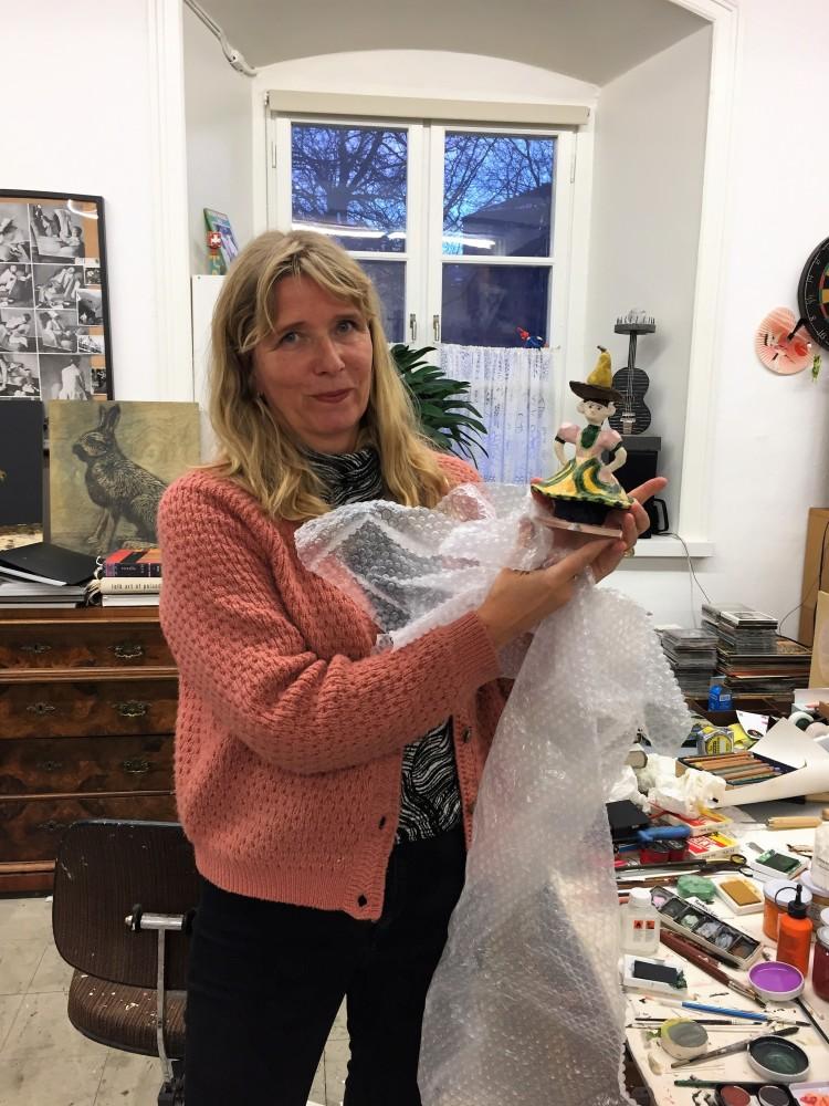 Karin Mamma Andersson med statyetten i sin ateljé