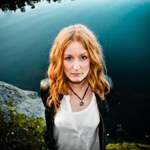 Anna Stadling ger sig ut på turné och presenterar ett eget smycke